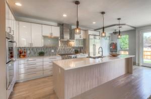contemporary-kitchen-with-glass-backsplash-pendant-lighting-light-color-cabinets-2